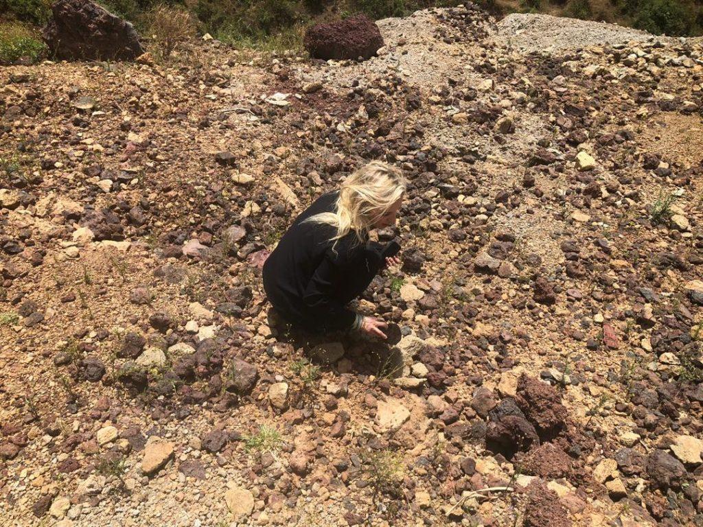 anne fornier estudiando la geología de etiopía